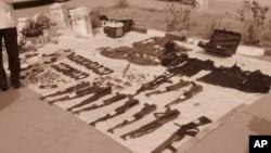 Des armes utilisées par des membres d'une milice