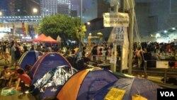 香港人周六晚在金鐘繼續集會誓言長期留守(美國之音海彥拍攝)