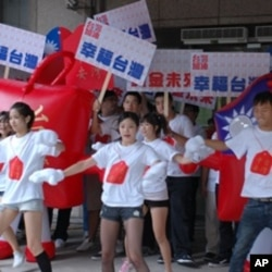 """""""赞舞团""""在中央选举委员会大楼前起舞,为马英九助选"""