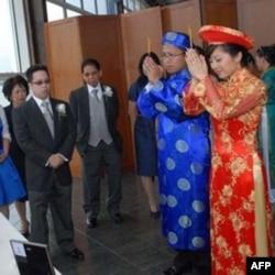 Cô dâu và chú rể trong y phục cổ truyền Việt Nam