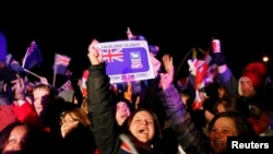 Penduduk kepulauan Falkland meluapkan kegembiraan mereka setelah diumumkannya hasil referendum di Stanley (11/3). Penduduk setempat dengan suara bulat memilih untuk menjadi bagian dari Kerajaan Inggris. (REUTERS/Marcos Brindicci)