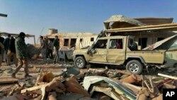 """在美國對伊拉克蓋姆進行空襲後,""""真主黨旅""""戰鬥人員查看該民兵總部被空襲摧毀後的現場。(2019年12月30日)"""