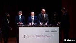 Gerardo Blyde, jefe de la delegación opositora de Venezuela; Dag Nylander, representante de Noruega; y Jorge Rodríguez, presidente de la Asamblea Nacional venezolana, firman el Memorando de Entendimiento proceso de negociación y diálogo en la Ciudad de México. Agosto 13, 2021.
