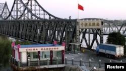 중국 접경 도시 단둥에서 북한 신의주를 연결하는 '중조우호교'로 화물차가 들어서고 있다. (자료사진)