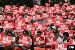 """抗议者2019年6月9日在香港参加集会。反对有争议的引渡法案。会场上有一片""""不要引渡""""口号。"""