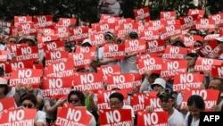 """抗議者2019年6月9日在香港參加集會。反對有爭議的引渡法案。會場上有一片""""不要引渡""""口號。"""