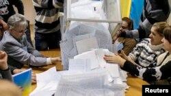 Члены избирательной комиссии начинают подсчет голосов избирателей. Киев. Украина. 26 октября 2014 г.