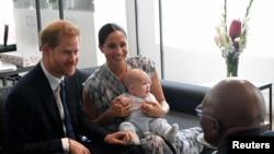 Le prince Harry et sa femme Meghan, duchesse du Sussex, avec leur fils Archie, devant l'archevêque Desmond Tutu au Cap, en Afrique du Sud, le 25 septembre 2019. (REUTERS/Toby Melville/Pool)