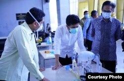 Wakil Gubernur Jawa Timur Emil Elestianto Dardak melihat purwarupa alat bantu pernafasan pasien corona buatan ITS (foto Humas ITS)