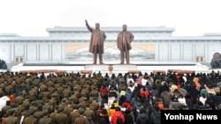지난 1월 1일 새해를 맞아 북한 인민군 장병들과 근로자, 학생들이 평양 만수대 김일성·김정일 동상에 헌화했다. (자료사진)