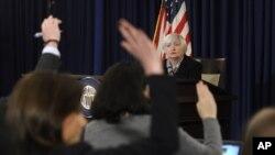 재닛 옐런 미 연준 의장이 19일 취임 후 첫 기자회견에서 기자들의 질문을 받고 있다.