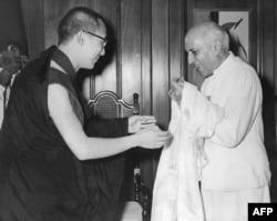 流亡印度的達賴喇嘛向印度總理尼赫魯獻哈達 (1959年資料圖片)