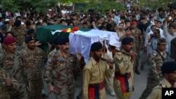 د پاکستان لومړي وزیر نواز شریف هم د خپل وژل شوي جګړن په جنازه کې برخه واخیسته