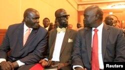 Con trai chính trị gia John Garang (giữa) nói chuyện với các thành viên của phe nổi loạn ở miền Nam Sudan tại thủ đô của Ethiopia Addis Ababa, ngày 4/1/2014.