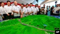 2017年9月8日马来西亚前总理纳吉布(左三)观察中国援建的东铁项目模型。