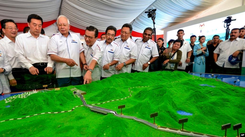 Tư liệu - Cựu Thủ tướng Malaysia Najib Razak (thứ ba từ trái) xem mô hình dự án ECRL ở Kuantan, bờ đông Malaysia, ngày 8 tháng 9, 2017