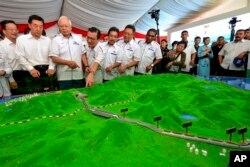 나지프 라작 말레이시아 전 총리가 총리 시절인 지난 2017년 8월 쿠안탄에서 철로 건설 모형을 보고 있다.