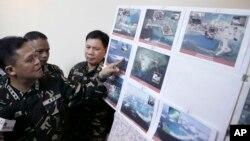 지난해 4월 필리핀 마닐라 북부 군 기지에서 그레고리고 피오 카타팡 필리핀 군참모총장이 남중국해 영유권 분쟁 도서에서 중국의 활동을 찍은 사진을 공개하고 있다. (자료사진)