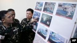 지난 4월 필리핀 마닐라 북부 군 기지에서 그레고리고 피오 카타팡 필리핀 군참모총장이 남중국해 영유권 분쟁 도서에서 중국의 활동을 찍은 사진을 공개하고 있다. (자료사진)