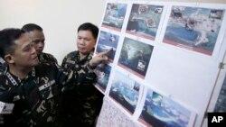 지난 4월 필리핀 마닐라 북부 군 기지에서 그레고리고 피오 카타팡 필리핀 군참모총장이 남중국해 영유권 분쟁 도서에서 중국의 활동을 찍은 사진을 공개하고 있다.