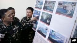 지난 20일 필리핀 마닐라 북부 군 기지에서 그레고리고 피오 카타팡 필리핀 군참모총장이 남중국해 영유권 분쟁 도서에서 중국의 활동을 찍은 사진을 공개하고 있다.