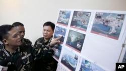 지난해 4월 필리핀 마닐라 북부 군 기지에서 그레고리고 피오 카타팡 필리핀 군참모총장이 남중국해 영유권 분쟁 도서에서 찍은 중국의 활동을 사진을 공개하고 있다. (자료사진)