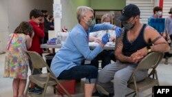 Warga AS menerima vaksinasi COVID-19 secara massal di Lynchburg, Virginia (foto: dok).