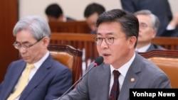 홍용표 한국 통일부 장관이 8일 국회 외교통일위원회에서 진행된 국정감사에서 답변하고 있다.