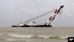 Pihak berwenang Bangladesh berusaha mengangkat kapal feri yang tenggelam di sungai Padma (5/8).