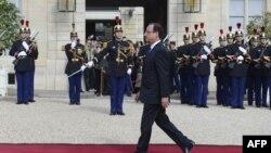 Nouvo prezidan fransè a, François Hollande, pandan li tap rive nan Palè Elize a, madi 15 me 2012