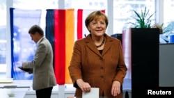 德国现任总理默克尔2013年9月22日在柏林投票站投票。