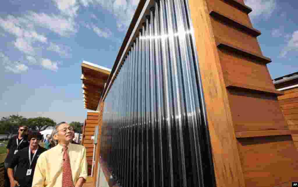 """美國能源部長朱隸文正在觀看""""水邊小屋""""的熱能板"""