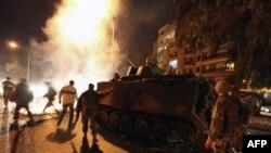 Солдаты ливанской армии прибыли на одну из улиц Бейрута, чтобы очистить дорогу от горящих покрышек. 24 января 2011 года