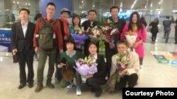 唐吉田(站右二)王成(站右三)在北京机场受到网友欢迎(网络图片)