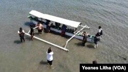 Sebuah perahu yang digunakan untuk membawa tujuh media transplantasi Karang Jahe dalam upaya rehabilitasi terumbu karang di Teluk Palu, 21 Juli 2019. (Foto: VOA/Yoanes Litha)