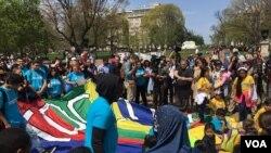 Ratusan orang berunjuk rasa di depan Gedung Putih untuk memperjuangkan komunitas imigran, April 13, 2017. (Foto: VOA)