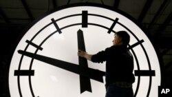 Los relojes se tendrán que adelantar una hora. Los días durante esta época durarán 23 horas. Otros 86 países en el mundo adoptan la misma medida.