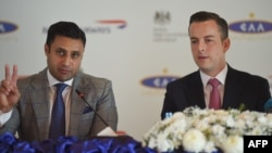 Special Assistant to Pakistani Prime Minister for Overseas Zulfi Bukhari (L) gestures as he sits along with Robert Williams, British Airways head of Sales for Asia Pacific and the Middle East during a press conference in Islamabad, Dec. 18, 2018.