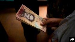La emergencia económica le permite al gobierno venezolano disponer de recursos sin control del Parlamento. Sobre el billete, los bancos se habían quejado de que los cajeros aún no fueron calibrados.