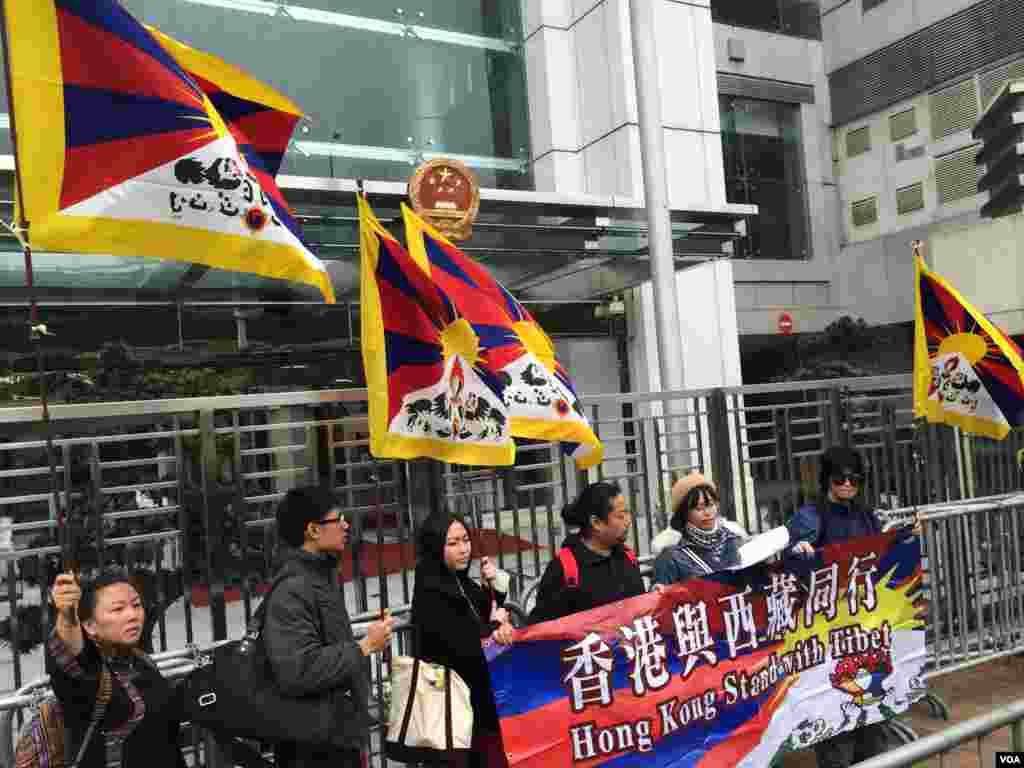 香港與西藏同行成員在中聯辦門外宣讀示威訴求,包括實現西藏真正自治