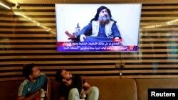 រូបភាពឯកសារ៖ យុវជនអ៊ីរ៉ាក់មើលព័ត៌មានស្តីពីការស្លាប់របស់មេដឹកនាំរដ្ឋឥស្លាម Abu Bakr al-Baghdadi នៅក្នុងក្រុង Najaf ប្រទេសអ៊ីរ៉ាក់ កាលពីថ្ងៃទី២៧ ខែតុលា ឆ្នាំ២០១៩។