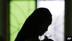 Seorang muslim Filipina sedang menunaikan ibadah sholat di masjid di daerah Paranaque, Manila selatan (Foto: dok). Sebuah sekolah Katolik di Filipina selatan telah menimbulkan kontroversi dengan mengeluarkan larangan memakai jilbab.