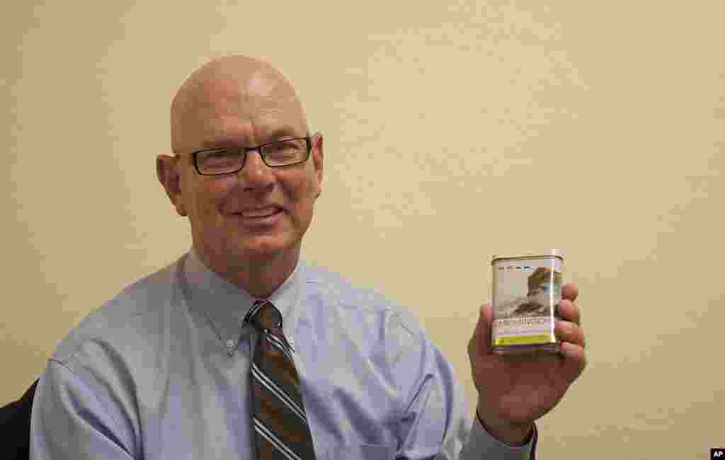 """多伊尔•图班特跟习近平同年,当时都是31岁。作为马斯卡廷谷物处理公司的工程师,他带着习近平参观了生产设施。习近平送给他一盒""""峨眉名茶""""作为纪念,图班特将包装盒保存至今。他仍然在同一家公司工作,但岗位不同。图班特目前担任马斯卡廷谷物公司的总裁。"""