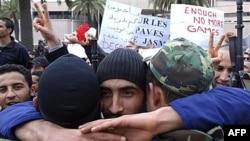 Một người biểu tình ôm 1 binh sĩ ở trước trụ sở đảng RCD, Tunis, 20/1/2011