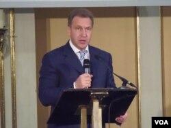 """俄罗斯政府第一副总理舒瓦洛夫星期二在莫斯科举行的题为""""为扩大合作寻找更多可能""""的日俄论坛上发表演讲。(美国之音白桦拍摄)"""