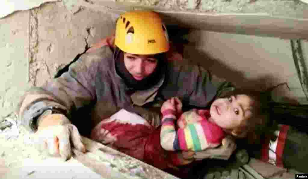 Türkiyə - Elazığdakı zəlzələnin dağıntıları altından xilas edilən uşaq