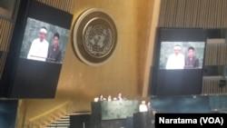 Bupati Purwakarta, Dedi Mulyadi (berbaju putih) didampingi penterjemah saat memberikan presentasi di mimbar konferensi di gedung PBB, New York, Selasa, 18 Agustus 2015 (Foto: VOA/Naratama)