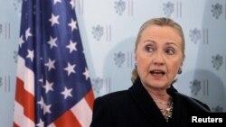 La secretaria de Estado Hillary Clinton habla durante una conferencia de prensa en Praga, donde advirtió a siria no utilizar armas químicas en el conflicto interno.