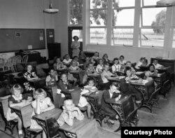Bên trong một lớp học ở Bolsa School, năm 1947. Hình courtesy Orange County Archives.