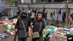Полицейский пострадавший при разгоне лагеря демонстрантов в Каире. 14 августа 2013г.